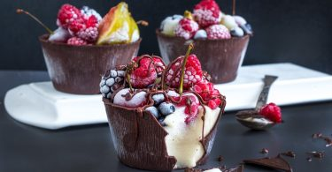 כוסות שוקולד עם מלבי ופירות קיץ