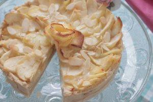 פאי תפוחים עם קרם קוקוס ושקדים