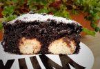 """עוגת שוקולד עם כדורי קוקוס """"גבינה"""""""