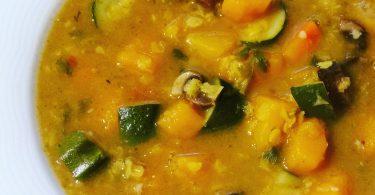 מרק ירקות עשיר עם עדשים ושיבולת שועל