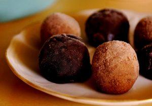 כדורי בוטנים ותמרים בציפוי שוקולדי