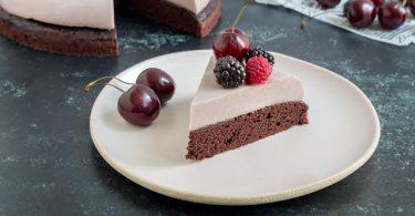 עוגת שוקולד טבעונית עם מוס פטל שחור ופירות