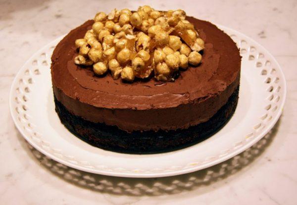 עוגת דאבל-שוקולד עם אגוזי לוז מקורמלים